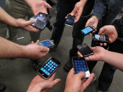 smartphones-time-wasting-websites-and-gossip-can-cost-us-companies-an-estimated-650-billion-a-year